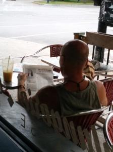 La chronique de copsi dans le journal PULSO, lue dans un café public